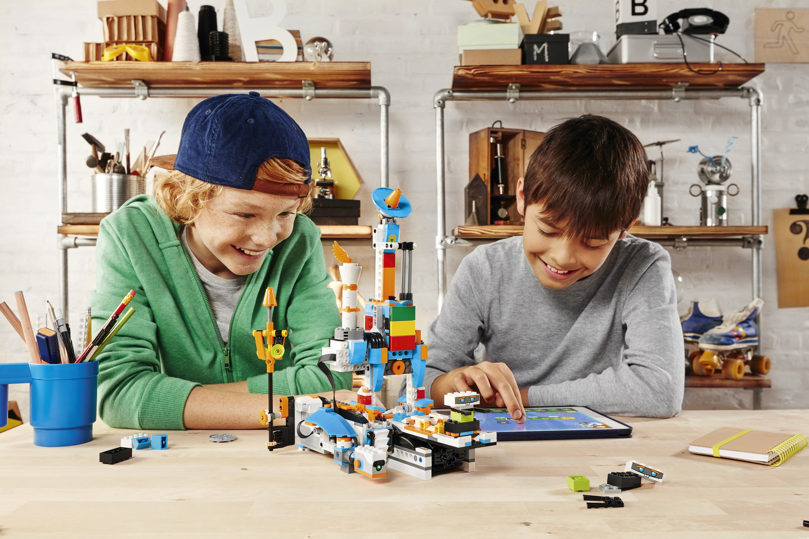 LEGO_BOOST_FOTO1_AUTO_BUILDER_kidsplaying